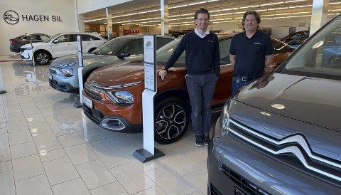 NYTT MERKE: Citroën har tatt plass sammen med Kia, bruktbiler, bobiler og campingvogner hos Christoffer Hagen (t.v.) og Rune Amundsen på Hagen Bil.FOTO: ØYVIN SØRAA