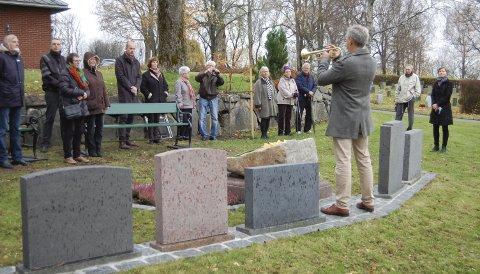 Navnet minnelund: Øyvind Andersen spilte ved markeringen av at den navnede minnelunden ved Ås kirke nå er klar til å bli tatt i bruk. foto: Solveig wessel