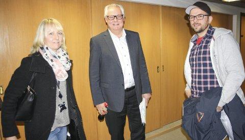 DIALOG: SU-representantene Eli Marie Næss og Ole Christian Wold i samtale med rådmann Lars Henrik Bøhler etter formannskapsmøtet da nye Greverudlia barnehage ble vedtatt. FOTO: VIVI RIAN