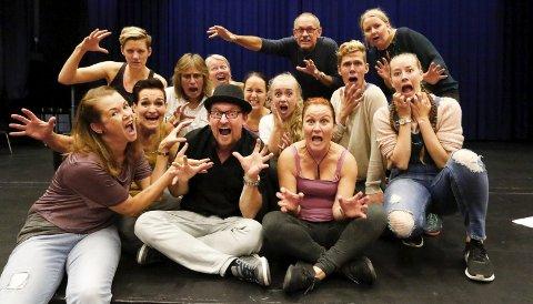 SPENNENDE: Det hjemsøkte ensemblet foreviget under prøvene i Ås kino lørdag formiddag. FOTO: STIG PERSSON