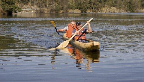 En ekte stokkbåt: Det var slik de kom seg over Gjersjøen for 800 år siden. Steinar Karlsrud (foran), leder i Oppegård historielag og Arno Mong Daastøl, tester ut stokkbåten, som er helt lik originalen fra 1200-tallet. alle foto: ole Kjeldsberg Endresen