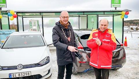 Ordfører Ola Nordal sto for den offisielle åpningen av ladestasjonen ved Shell Korsegården mandag 14. januar 2019. Her sammen med etableringssjef retail Norge i St1, som eier og driver Shell-stasjonene i Norge, Bård A. Granerud. Shell/St1 og Fortum har brukt fire millioner kroner på den nye ladestasjonen.