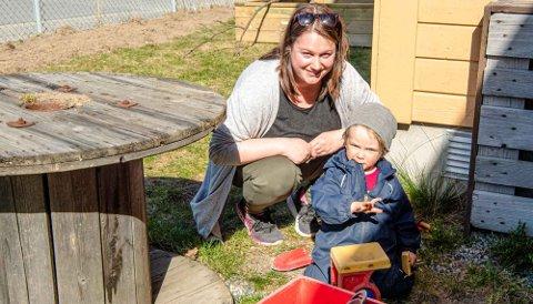 TILBAKE I BARNEHAGEN: Alfred (3 til sommeren) og pedagogisk leder Charlotte Stensrud i Tunveien barnehage trives i hverandres nærvær, selv med litt avstand.