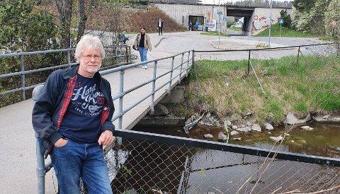 REAGERER: Øystein (65) lurer på hvorfor området rundt Vevelstad stasjon ser så falleferdig ut.