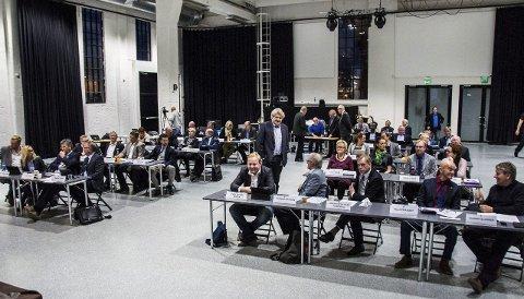 De utvalgte: 19 av de 35 medlemmene i det nye kommunestyret er nye siden sist, mens Hallstein Bast (i midten, stående) og 15 andre var med også i perioden 2011-2015. Foto: Lasse Nordheim