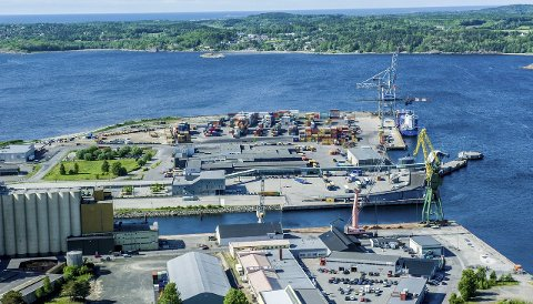 Kan vokse: Larvik havn har igangsatt forberedelser for en reguleringsprosess som skal legge planmessig grunnlag for å ta imot steinmasser.Flyfoto: Bjørn Jakobsen