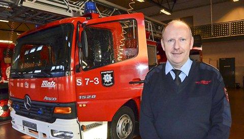 TA ANSVAR: Brannsjef Arve Stokkan ber alle om å ta ansvar, enten man griller, bruker åpen ild utendørs eller oppholder seg på sjøen.