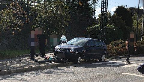 MEIDE NED LYKTESTOLPE: Bilen dro av veien og kjørte rett i lyktestolpen. Foto: Privat