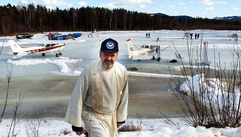 KLAR IGJEN: Prest Thomas Midtsund flyr selv inn for å holde nok en fly in-gudstjeneste på Vermundsjøen internasjonale isflyplass.