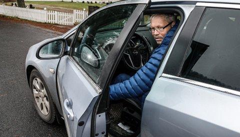 NÆRE PÅ: –Jeg hadde nesten lukket døra helt da det smalt, sier Otto Borg, her i en annen bil enn den som fikk døra vrengt framover.