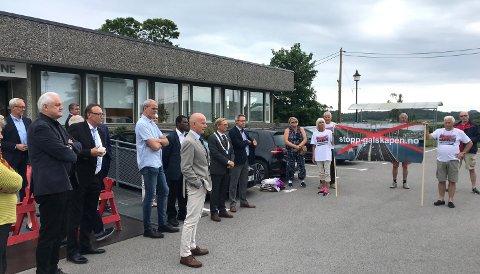 Rundt 30 aksjonister møtte opp utenfor Tinghaug og ble møtt av politikerne.