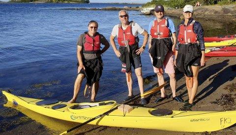 Får bevis: De som deltar på et grunnkurs i padling, vil få tildelt et såkalt Våttkort. Fra venstre Øyenes utsendte Arne Johan Furseth, Øyvind Austefjord og Ole og Monica Nordby.