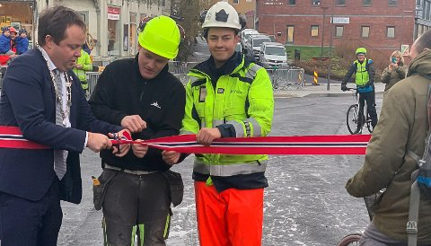 KLIPPET SNORA: Ordfører Kåss klippet snora for å gjenåpne Storgata, og syklister sto i kø for å bli først i den «nye» gata.