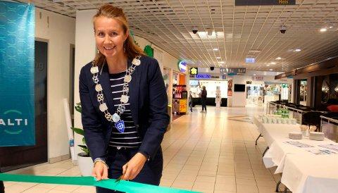 GRØNT NAVNESKIFTE: Varaordfører Heidi Herum i Bamble kommune klippet den grønne snora som markerer en grønnere profil for ALTI Brotorvet. Det er 800 ansatte i de 63 butikkene og totalt 79 leietakere i kjøpesenteret. – Brotorvet er en stor arbeidsplass i Bamble. det er også en viktig sosial møteplass for mange av innbyggerne våre, sier Heidi Herum.
