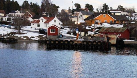 SANDØYA: Dagens fergekai på Sandøya ligger på kommunal grunn på Kommunebrygga. Porsgrunn kommune vil ikke utvide nåværende fergeleie ved å kjøpe mer areal fra private grunneiere som ville medføre dispensasjonssøknad fra forbudet mot bygging i 100-metersbeltet.