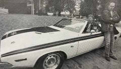 PREMIERT: Porsgrunnsgutten Tor Robertsen fikk premie for sin 70-modell Dodge Challenger. Her er han sammen med konferansier Ronnie Krabberød fra motorbladet Right On.
