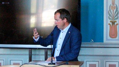 Kåss har oversendt nye opplysninger fra kommuneoverlegen. Han sier både sykdomsbyrde og karantenebyrde nå er stor i Porsgrunn.