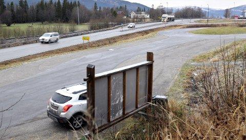 Haukneskrysset: Her har vegvesenet sett på muligheten for et planløst kryss ned til Hauknesodden.Foto: Harald Mathiassen