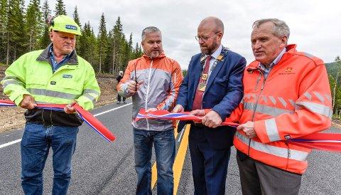 Torsdag åpnet den nye parsellen Tjæraskaret-Eiterå. F.v. Albert Hæhre, Tom Cato Karlsen, Geir Waage og Torbjørn Naimak.