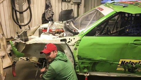 NY SESONG: Stefan Åeng, Lycksele Motorklubb, er i gang med å bygge opp løpsbilen foran en ny sesong. Nå blir det også israce. Foto: Privat