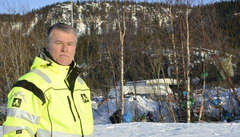 Bjørn Tore Børstad, baneleder for NAFs øvingsbane på Røssvoll er lei av å plukke søppel etter andre. I bakgrunnen søppel som har satt seg fast i trærne.