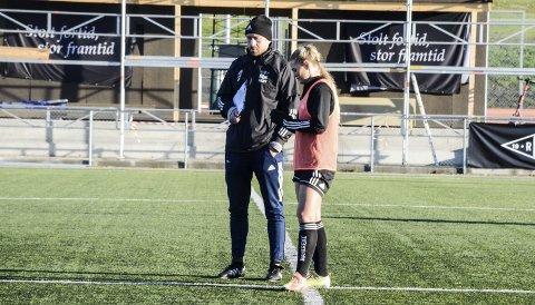 RBK Kvinners trener Steinar Lein stod med Lisa-Marie Karlseng Utland ute på Koteng Arena i Trondheim en knapp halvtime etter at onsdagstreninga var over. Ei tydelig frustrert Lisa-Marie ville ha svar. Foto: Trond Isaksen