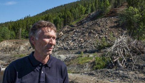 Trond Jøran Pedersen, styreleder i Fageråsbakkene AS, er fornøyd med framdriften med det nye hoppanlegget. – Det er nå framover det virkelig vil synes at det bygges bakker. Nå skal massene som er sprengt ut forflyttes ned i selve bakkene, sier han. Foto: Øyvind Bratt