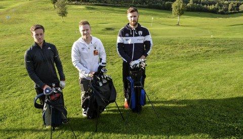Rana FK-spillerne Kim Råde (t.v.), Niklas Bakksjø og Markus Westvik bruker mye tid på Alteren Golfpark når de ennå ikke kan spille seriefotball og trene for fullt. Foto: Trond Isaksen