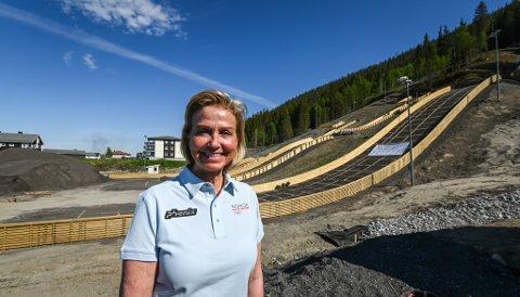 Idrettspresident Berit Kjøll på besøk i Rana og Fageråsen hoppanlegg. Hun var veldig imponert