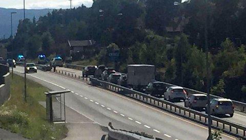 Ulykken skjedde på E16 ved bussholdeplassen ved Steinsåsen. Trafikken sto stille i retning Oslo.