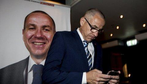 Sjekket prognosene: Tom Staahle sjekker mobilen. Da nesten alle stemmene var talt opp, følte han seg rimelig sikker på at han blir Ullensakers neste ordfører.Foto: Tom Gustavsen