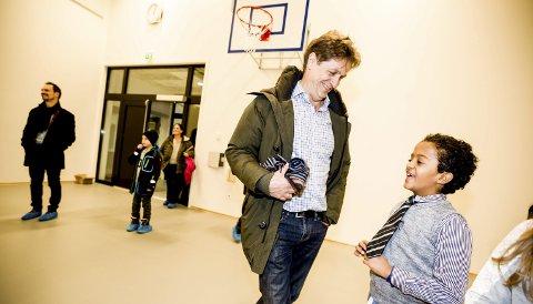 PYNTET SEG: Jonatan Samson Nogose (9) hadde pyntet seg for anledningen – og viste stolt fram slipset til rektor Leif Arne Eggen. I bakgrunnen rådmann Ragnar Christoffersen. Foto: Tom Gustavsen