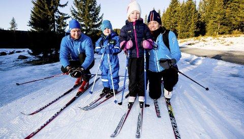 Endelig skiføre: Familien Nerland Tangerud har kjørt helt fra Skedsmokorset og opp til Brovoll helt nord i Romeriksåsen for å la barna stå på ski. (fv.) Pappa Anders Tangerud, Tobias (3 1/2), Amalie (6) og mamma Hilde Nerland. Alle foto: Tom Gustavsen