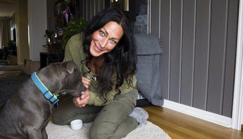 Marthe Sundby og hunden Blue, som hun fikk etter at hun ble syk. Foto: Stine Løkstad