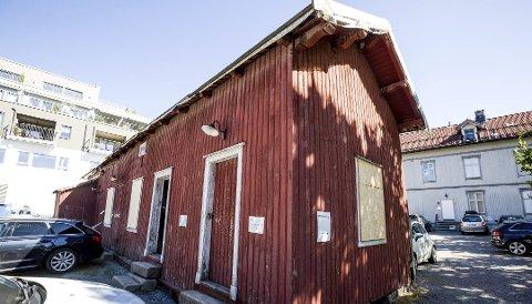 RENOVERING: Det falleferdige uthuset i Doktorgården kan fungere som et uthus igjen dersom det renoveres for 2,5 millioner kroner.