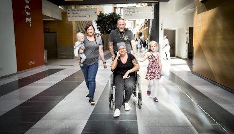 Christell har god støtte i familien. Her på Ahus med pappa Terje Wilsgård, kusinen  Tonje Holm og hennes to barn Leah og Kian.. Foto: Lisbeth Lund Andresen