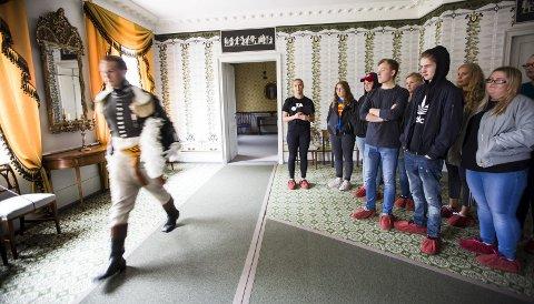 NYE KOSTER: Elever fra Eidsvoll videregående har tatt over driften av Eidsvoll l museum. Mikolaj Liber er prins Christian Frederik og Pernille Midthjell (i midten) er guide. Alle foto: Lisbeth Lund Andresen