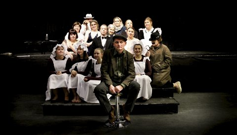 Premiereklare: Hasse Sørensen (foran) og resten av skuespillerne i teatergruppa «Hææ» gleder seg til premieren på «Blodrød hjemkomst». FOTO: ELISABETH JOHNSEN
