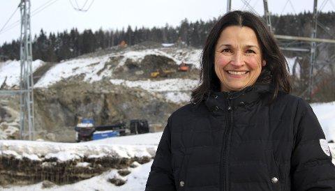 BEGEISTRET: Anita Patel (Ap) liker tanken om en ski-/rulleskiløype i Haneborgåsen, i forlengelsen av skihallen Snø (bakerst i bildet). Klargjøringen er i full gang på skihalltomta.Foto: Torstein Davidsen