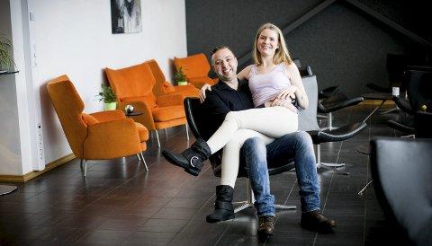 Stephan lie og Christina Sivertsen ser fram til å bli mann og fru i august i år. Foto: Lisbeth Lund Andresen
