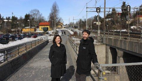 Bedre forbindelse: Forbindelsen mellom Lørenskog stasjon (bak) og Ødegården-området må bli bedre, er kommunaldirektør Else Pran og fagsjef Stein Fossli enige om. Foto: Torstein Davidsen