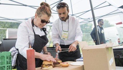 BON APPÉTIT: Raus Bar & Bistro tilbyr i år som i fjor burger på Nebbenfestivalen. Hele 14 ulike serveringssteder kan friste med mat for enhver smak, og på menyen finner du blant annet pizza, elgbab, bakt potet, alkohol-is, kaffe og barbecue-mat.