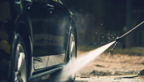 VÅRRENGJØRING: Har du tid til overs i påsken? NAF anbefaler å sette av tid til å rengjøre bilen etter vinteren.