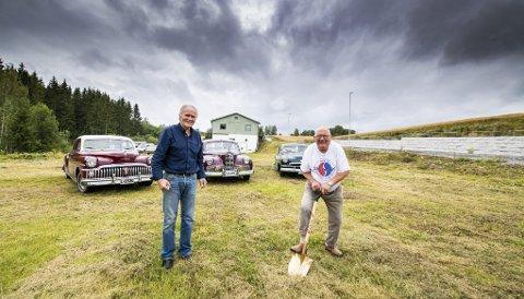 Stort senter: Arne Ryen-Holmsen stikker spaden i jorda mens Jack Tveter gleder seg til senteret som bygges fra bygget i bakgrunn og dit karene står. Bak fra v. De Soto, Packard og Henry J. Begge foto: Vidar Sandnes