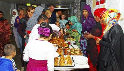 GJESTEBUD: Kompetansesenteret og flyktningene i Hurum inviterte til gjestebud med fargerike og velsmakende matretter, og fornøyde gjester i en fullsatt kantine på Hurum ungdomsskole tømte alle fem bordene. ALLE FOTO: PER D. ZARING