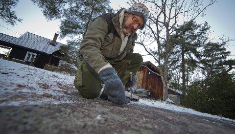 SPENNENDE: Vidar Falck synes det er utrolig spennende og gøy at de første skålgropene i Hurum er funnet på deres tomt mellom Rødtangen og Holmsbu.Foto: Henning Jønholdt