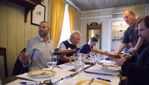 RUNDT BORDET: Smakspanelet som besto av blant andre Jens Hauge, Bjørn Lohne, Per Gunnar Dagslet og Henning A. Jønholdt testet og smakte, diskuterte og rådslo.