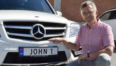 ENDELIG: John Robert Thune på Storsand har ventet i mange år for få personlige skilter på bilen sin. Nå er de endelig på plass.