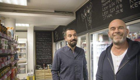 """VIL REDUSERE SVINN: Michael Martin (t.v.) og Christian Egede-Nissen tok over Holmsbu Handel i 2018. Nå vil de matsvinnet til livs, og har koblet seg på appen """"Too Good To Go"""". Den viser steder som selger matvarer som nærmer seg best før-dato til reduserte priser. (Arkivfoto: Henning Jønholdt)"""