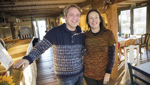 GLEDER SEG: Helge og Virginija åpner dørene til Grønsand Gjestegård på julaften i år også, men de håper enda flere melder seg på.